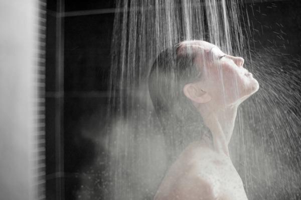 5 Manfaat Mandi Air Hangat di Malam Hari Wika Water Heater